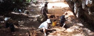 Archéologues malgaches fouillant un site à Lakaton'i Anja au Nord de Madagascar