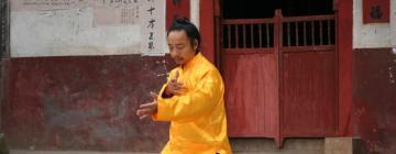 Le maître d'arts martiaux taoïstes Li Jiazhong pratique sur le parvis du temple des Transformations intensifiées (Hunan, Chine)