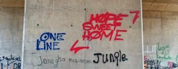 Traces écrites laissées par les migrants dans l'espace public.