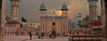Vue sur la façade de la mosquée de Wazir-Khan à Lahore