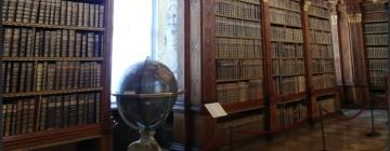 Photo d'une ancienne bibliothèque avec un globe