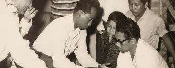 P. Ramlee (au premier plan) avec ses paroliers Sudarmaji (au centre) et Jamil Sulong (assis). Date indéterminée (1958?)