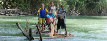 Enfants de Papouasie Nouvelle-Guinée jouant dans une rivière