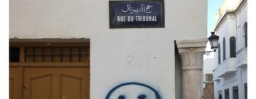 Dans une rue de Tunis, une porte, un graffiti sur un mur et une plaque