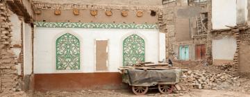 Une charette contre un mur parmi les ruines