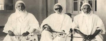 Photos de 3 vieux musulmans habillés en blanc