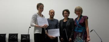 les etudiants du magistère recoivent leur diplome de la Présidente de l'Inalco