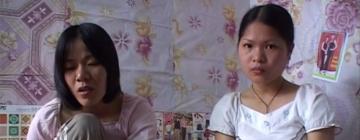 Deux jeunes femmes vietnamiennes assises côte à côte