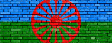 Drapeau Rrom peint sur un mur de brique