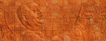 Sheikh Mujibur Rahman est représenté sur une fresque en terre cuite inspirée de son discours du 7 mars 1971, avec citations en bengali autour du personnage (Dhaka, Bangladesh)