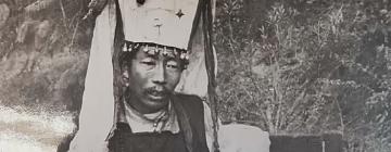 Le barde Tenzin Trinlé (bsTan 'dzin 'Phrin las), 1959. Photographie : Centre de la documentation sur l'aire tibétaine, Ecole Pratique des Hautes Etudes
