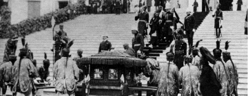 The 9th Panchen Lama's palanquin and bearers waiting for the lama as he descends the stairs of Government House, Calcutta, 1905