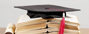 photographie d'un chapeau de diplômé