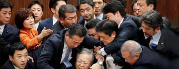 Groupe d'hommes et de femmes japonais au parlement