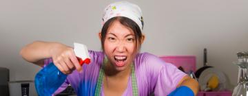 Femme asiatique faisant le ménage et s'énervant
