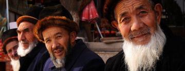 Photographie de trois hommes ouïghours